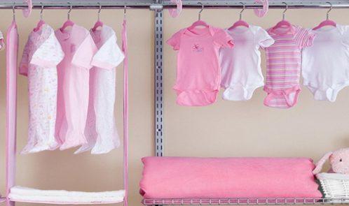 La garde-robe d'une bébé fille